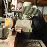 Pennen aanslaan in de timmerfabriek