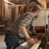 Hout profileren in de timmerfabriek