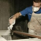 Spuiten in de timmerfabriek